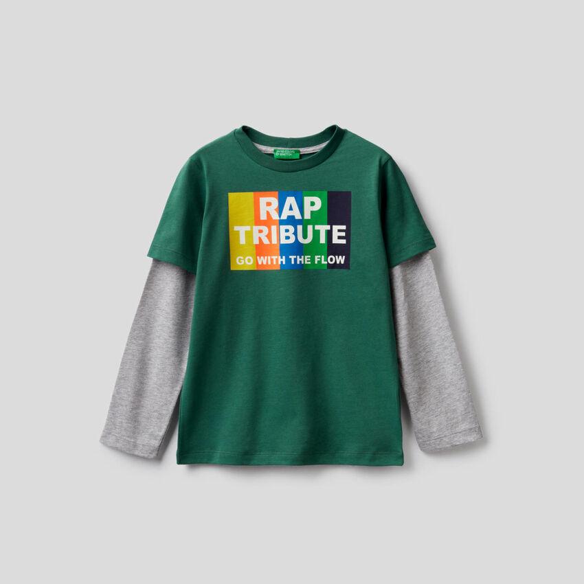 T-shirt vert foncé avec manches bicolores