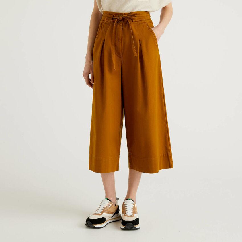 Pantaloni cropped con gamba ampia