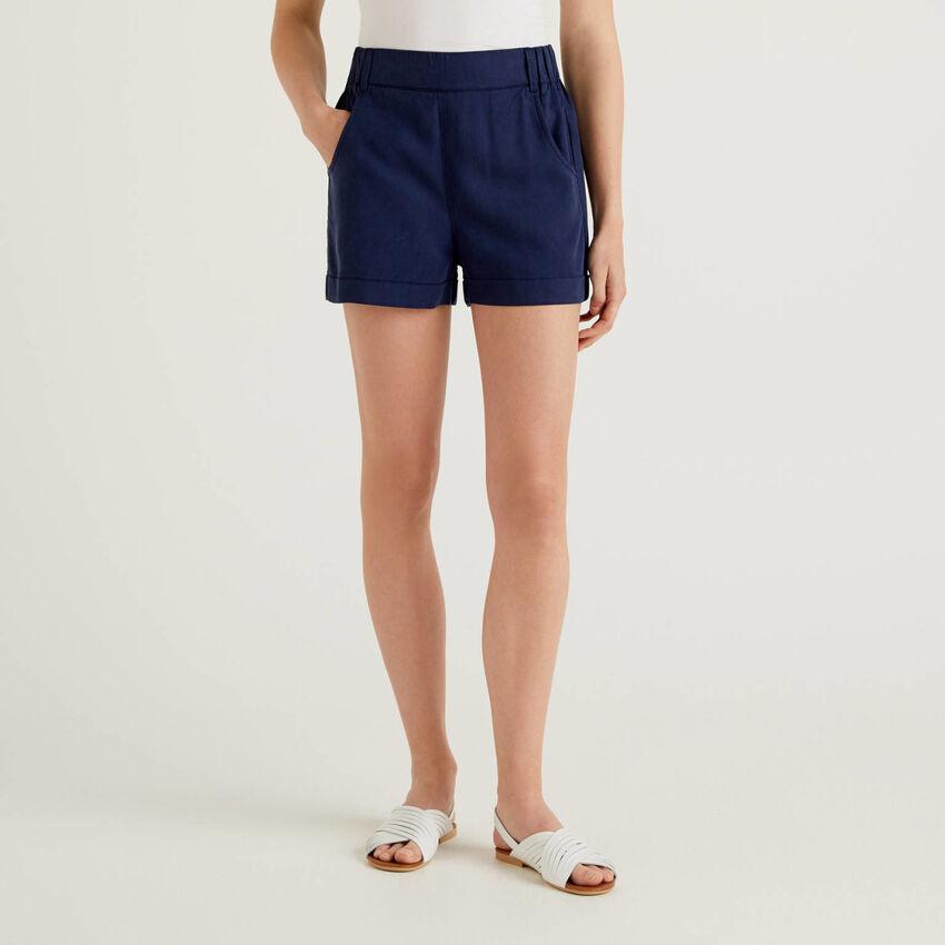 Einfarbige Shorts mit Aufschlag