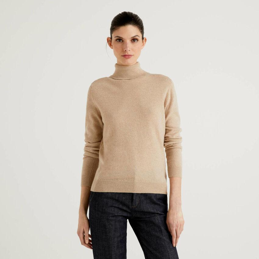 Pull chaud beige à col roulé en pure laine vierge