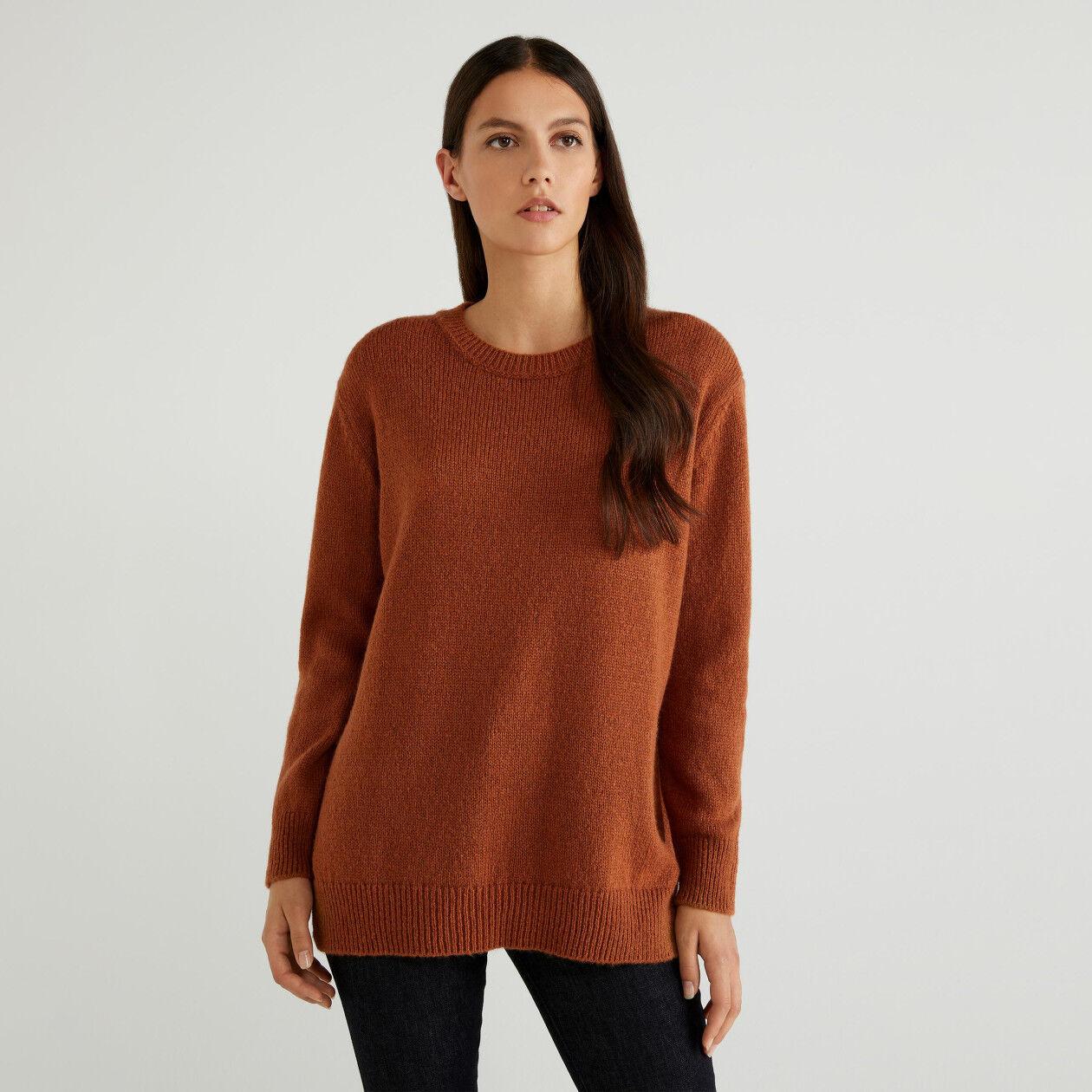 Weicher Pullover mit Schlitzen