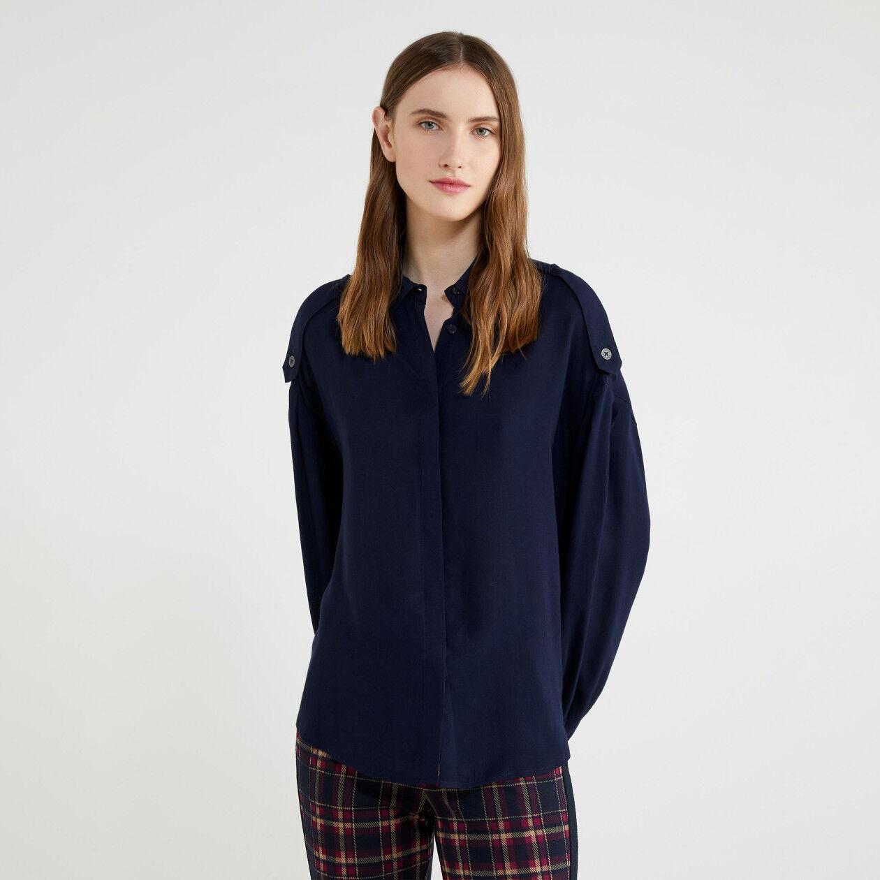 Chemise avec pattes d'épaule