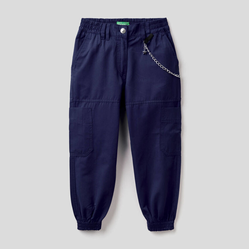 Pantaloni cargo con catenina