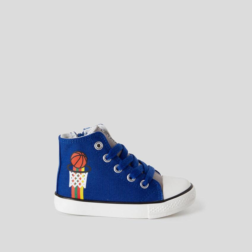 Hohe Sneakers mit Schuhbändern