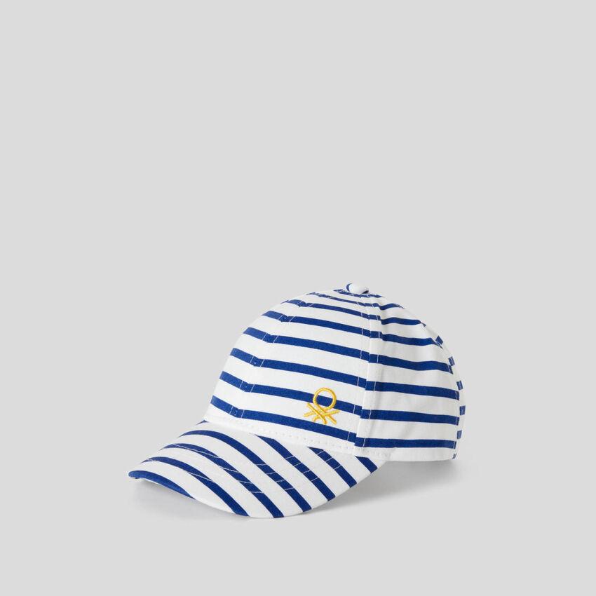Casquette à rayures blanches et bleues