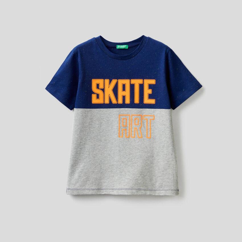 Zweifarbiges T-Shirt mit Print