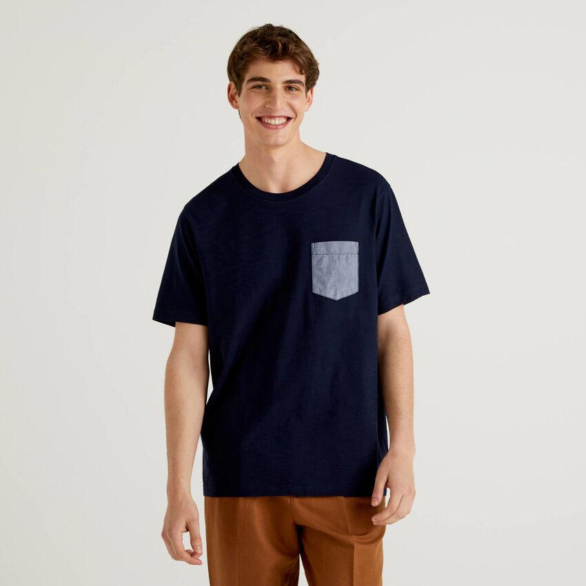 T-Shirt mit Tasche im Kontrast