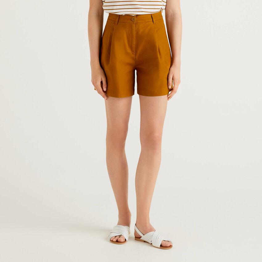 Shorts con gamba ampia in misto lino