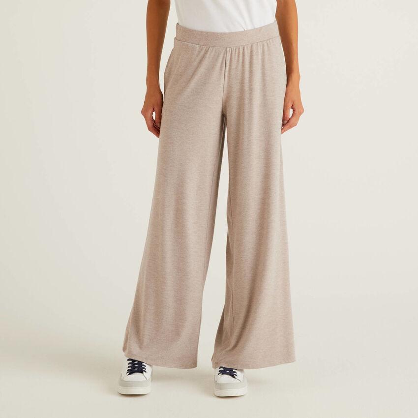 Pantaloni fluidi con gamba ampia