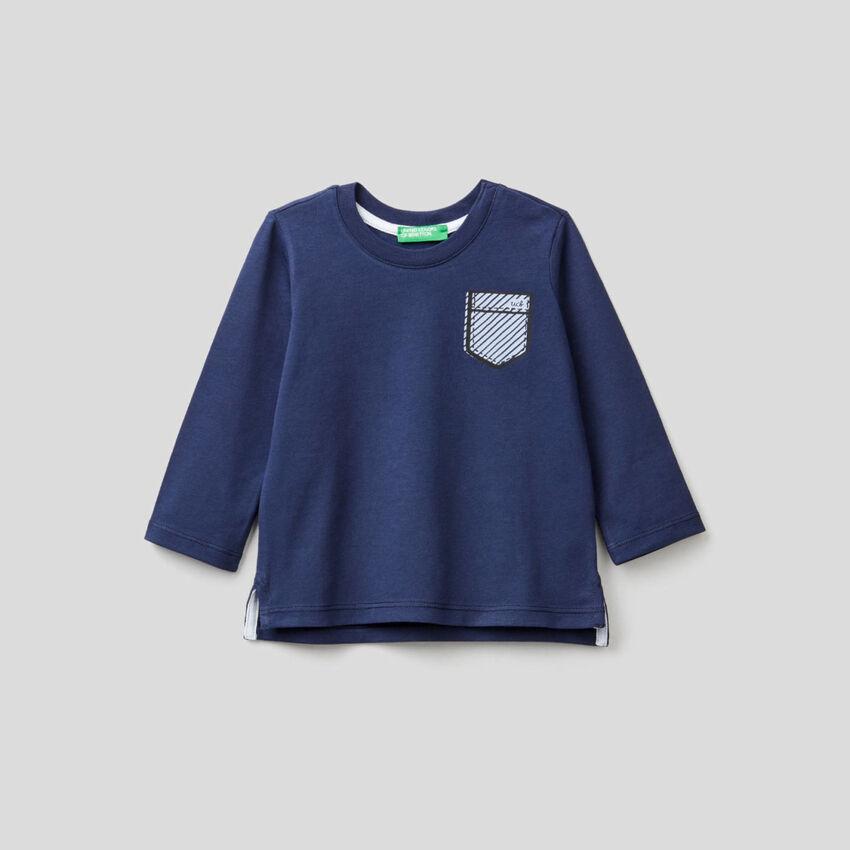 T-shirt blu scuro con stampa taschino