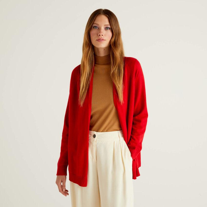 Rote Strickjacke mit Falte am Rücken