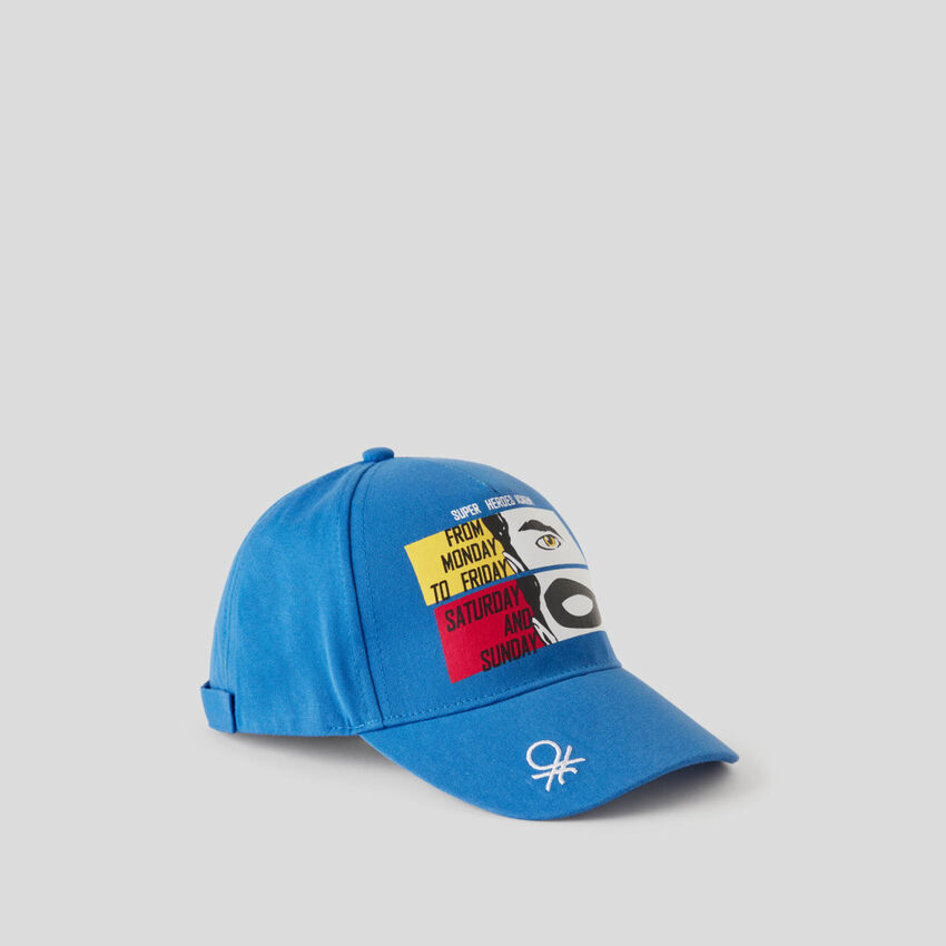 Casquette bleue avec imprimé multicolore