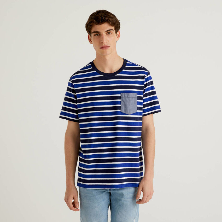 Gestreiftes T-Shirt mit Tasche im Kontrast