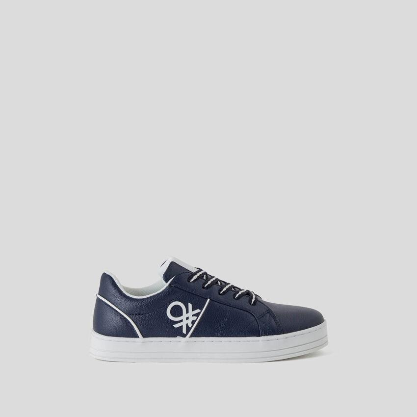 Flache Sneakers mit Logo