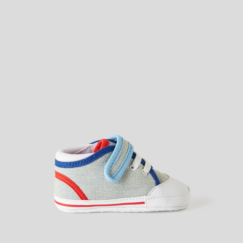 Bunte Sneakers für die ersten Schritte
