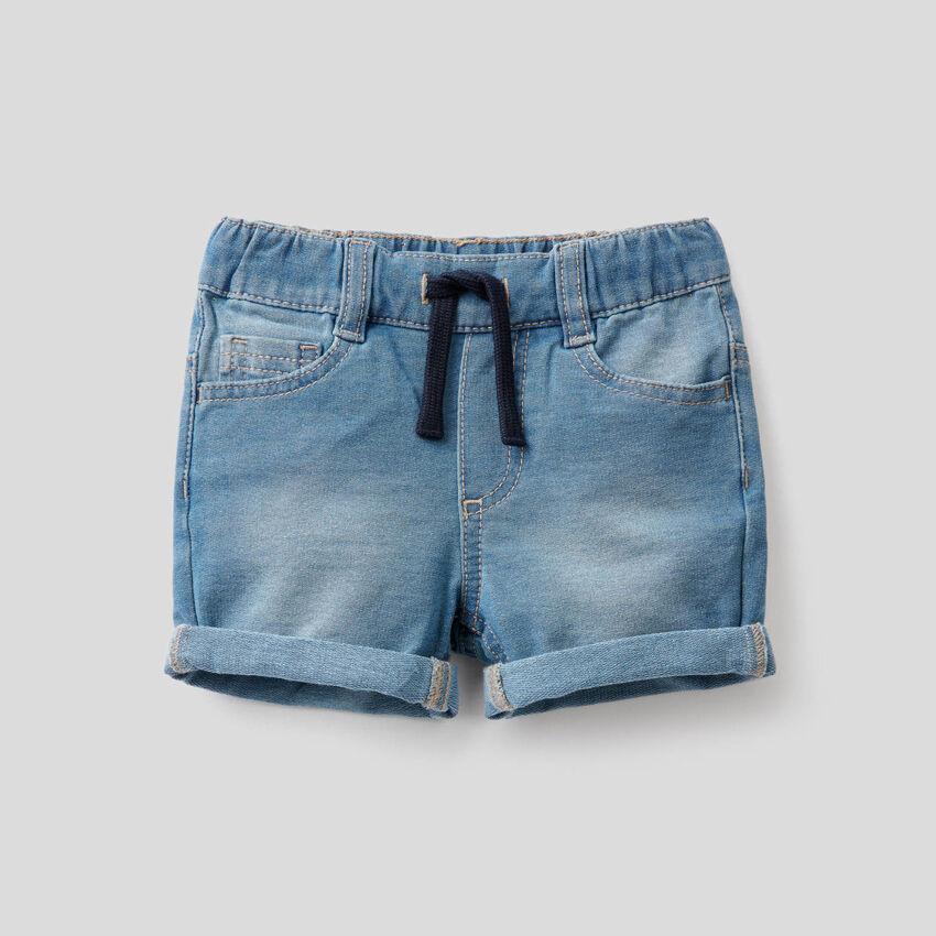 Kurze Hose aus Sweatstoff mit Denim-Effekt