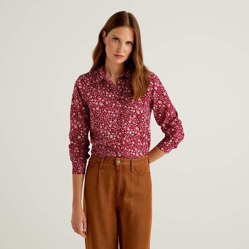 Bluse aus 100% Baumwolle in Bordeauxrot mit Blumenmuster