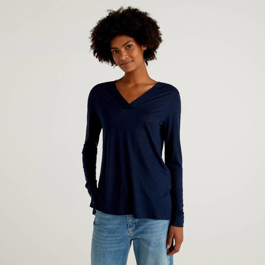 T-shirt scollo a V in viscosa e lana