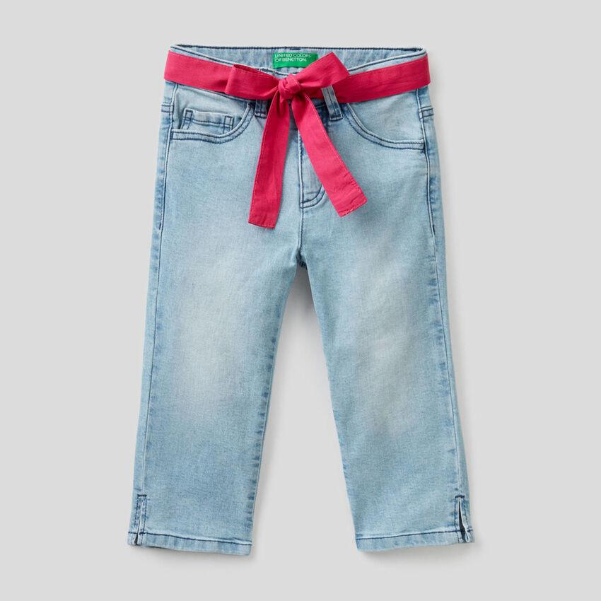 Stretchige Jeans mit Gürtel aus Stoff
