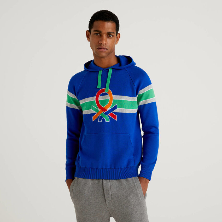 Pullover mit Kapuze und buntem Logo