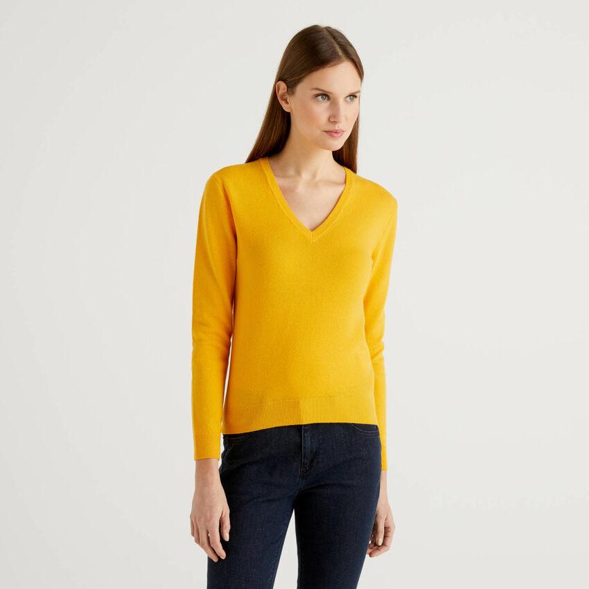 Maglia gialla con scollo a V in pura lana vergine